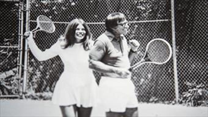 Ruutu elokuvasta Battle of the sexes. Tennispelaajat Billie Jean King ja Bobby Riggs.