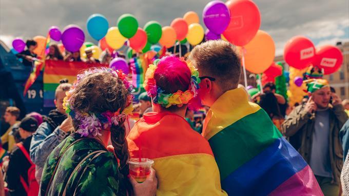 Linkki tapahtumaan Nuorten Pride: Sateenkaareva pinssi- ja kangaspainatus-työpaja